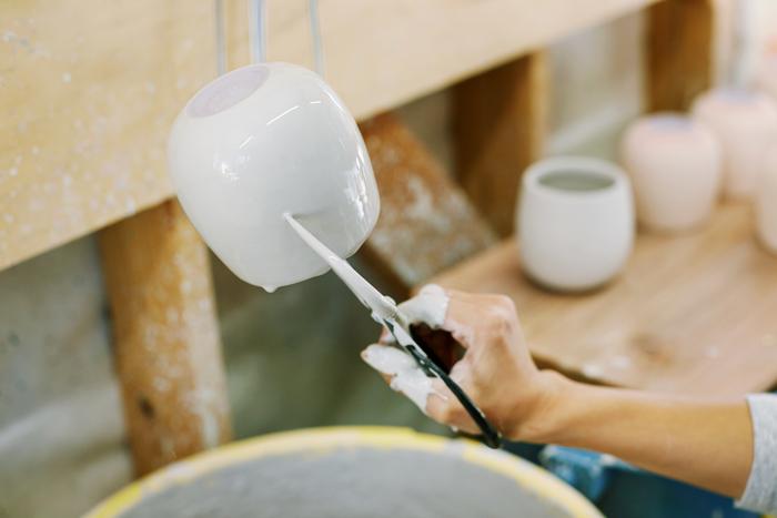 釉薬が施された瞬間。このときの釉薬の色と、窯から出したあとの色は違うため、調合は非常に繊細な作業です