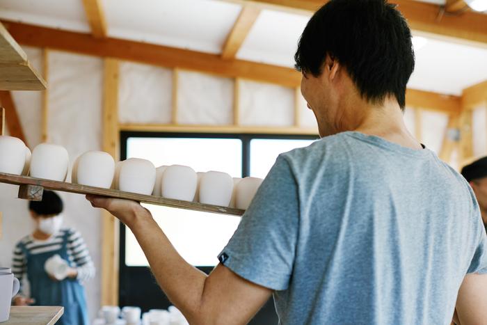 同じものを同じようにいくつも生み出すことができる技術をもってして、多くの人々にSUEKIを届けている作り手たち