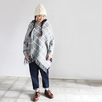 イギリスの老舗ラグメーカー「TWEEDMILL(ツイードミル)」のブランケット。 ひざ掛けとしても、コートの上からも羽織れるストールとしても使える絶妙なサイズ感で、アウトドアでの活躍度が高そう!