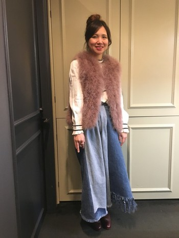 ふんわりとしたファーベストと裾フリンジのデニムスカートと合わせたボヘミアン風コーディネート。スモーキーなピンクを選ぶと、落ち着いた大人可愛い印象になりますね。