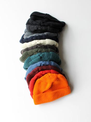 シンプルな畦編みのニット帽は、ざっくりとしたかぶり心地が魅力です。 また特筆すべきは、この豊富なカラーバリエーション!全12色展開なので、彼に似合うものがきっと見つかるはず♪  防寒はもちろん、地味になりがちな秋冬コーデのアクセントにもニットキャップはおすすめです。