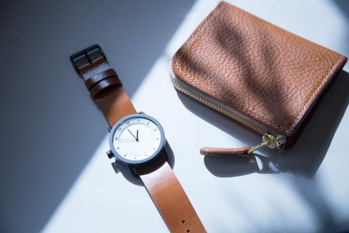 """スウェーデン・ストックホルムで2012年にスタートした「TID Watches(ティッド ウォッチズ)」。北欧らしい機能的かつミニマルなデザインが特徴で、いま日本でも人気急上昇中の腕時計です。ブランド名の""""TID""""はスウェーデン語で""""時間""""を意味し、""""時を経ても変わらない価値あるものづくり""""のポリシーのもと、美しく使いやすい時計を生み出しています。  こちらは、革ベルトを使用した「Leather Wristband」。使うほどに味わい深くなっていく経年変化を楽しめるのが、革ベルトの大きな特長。腕時計と共に時を刻んでいける逸品です。  ホワイトの他にブラックの文字盤もあり、サイズは直径36mm・40mm、ベルトの色は4色からお選びいただけるため、お相手のお好みに合わせてセレクトしてください。"""