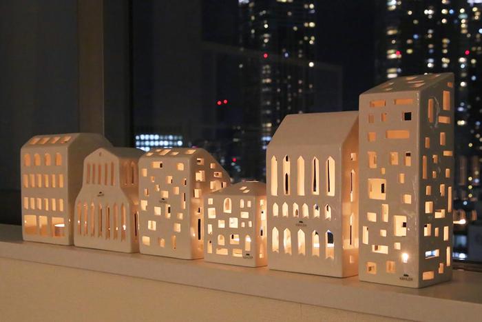 キャンドルを灯せば、たくさんの小さな窓からあたたかな光がこぼれ、とてもロマンチック。暗い場所で灯りを見るとまた格別で、思わず見とれてしまいます。バラバラに飾っても可愛いですし、いくつか種類を並べて飾るとデンマークの街並みが出来上がります。キャンドルを灯さずにオブジェとして、棚や窓際などに飾っても絵になりますよ。