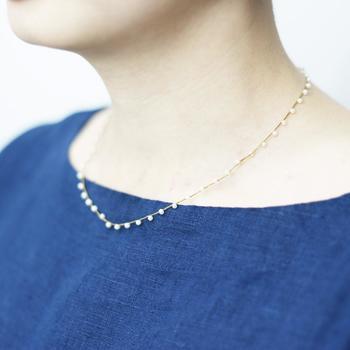 チェーンのように細い絹糸を編み、淡水パールを編み込んだ「Amito(アミト)」のネックレス。白銀の世界に舞う小雪のようなさりげなさが魅力です。普段アクセサリーやジュエリーをあまり着けないという方でも、これなら気負いなく纏えるはず。  こちらは全長約40cmとオーソドックスな長さの「ユキノヒネックレス」。シンプルな中にも華奢な女性らしさを感じさせててくれます。