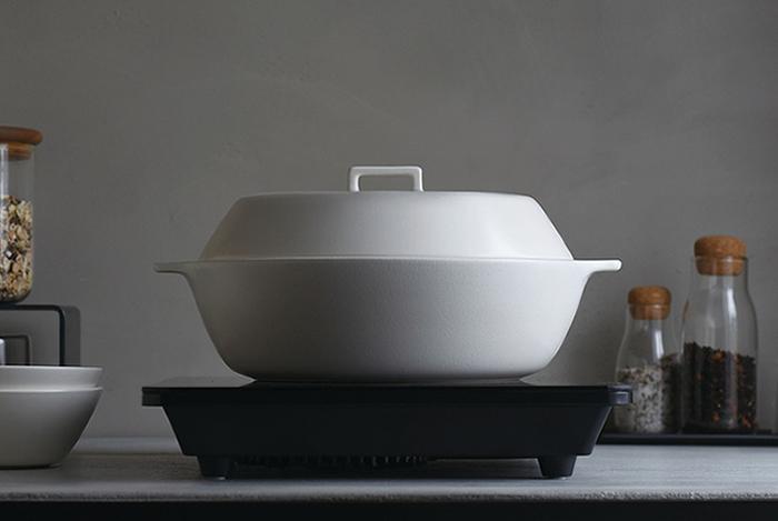 """浅めの形状は、「KAKOMI」を春夏秋冬どの季節でも楽しめるように、との思いから。鍋料理はもちろん、蒸し野菜、炊き込みご飯、スープなどの煮込み料理にも適していて、日々の調理道具としても大活躍。テーブルにそのまま出しても美しい、シンプルで使い心地のよいデザインも魅力です。  多様な食生活に適したマルチな土鍋は、ご両親の""""食の楽しみ""""をきっと広げてくれますよ。"""
