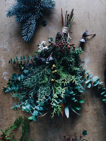 クリスマスと言えども、飾りつけはさりげなく楽しみたい…そんなお母様にぜひ贈ってみてはいかがでしょうか。 リースとスワッグどちらも、ドライではなくフレッシュな素材を使っているため、飾りながら少しずつドライに変化していく様を楽しめるのも魅力です。クリスマスが終わっても、シーズンを通して長く飾っていただけます。  *こちらは「スワッグ・Mサイズ」です。