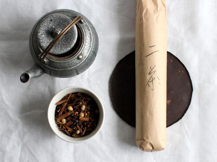 「Babaghuri(ババグーリ)」は、ファッションデザイナーであるヨーガン・レール氏による、暮らしの道具を集めたブランド。天然素材を使い、丁寧な手仕事により生み出された家具や生活雑貨などを扱っています。 こちらは、ババグーリで人気の無農薬有機栽培のお茶。沸騰させた湯で2~3分煮出せば、おいしいお茶の出来上がり。温冷両方で楽しめますよ。
