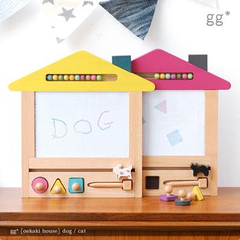 木製のあたたかな雰囲気とおしゃれなデザインのおもちゃブランド「gg*(ジジ)」から届いた、木製お絵かきボード。カラフルな屋根と、○△□のスタンプがとってもキュート! ボード部分は、お絵かきする場所によって、赤、青、黄、緑と変わる4つの色を楽しめます。色を使い分けたり、描く場所を工夫したり、お子様の創造力も育めそうですね。  体に害のない植物性塗料や、仕上げにドイツ製の蜜蝋を使用しているため、万が一お子さまが口に入れてしまっても安心です。  対象年齢:2歳~