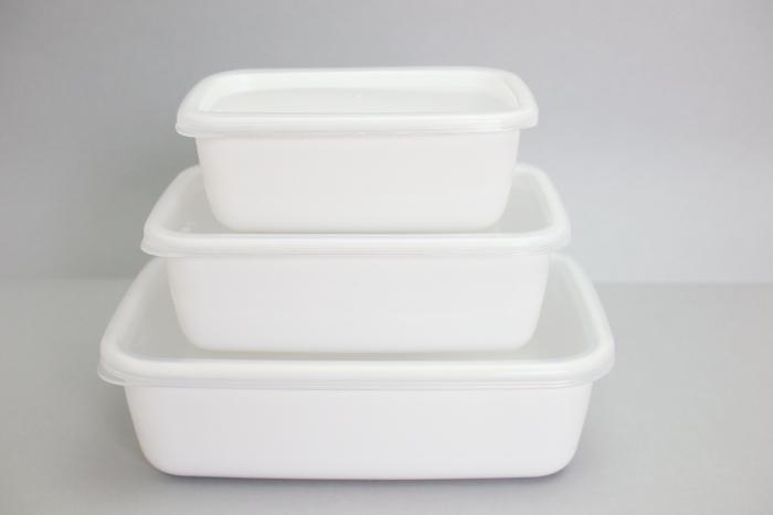 常備菜や保存食作りに欠かせない保存容器。中でも老舗「野田琺瑯」のホワイトシリーズは、プロも愛用する便利な逸品。 琺瑯は表面がガラス質でできているため細菌が繁殖しにくく、酸や塩分といった食材の性質による科学変化もありません。冷蔵だけでなく冷凍も可能、そして汚れが落ちやすく臭いもつきにくいなど、使い勝手抜群! 四角い型はデッドスペースが少なく、冷蔵庫の中でも効率よく収納ができますよ。