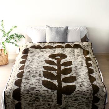 ブランケットいっぱいに力強いタッチで描かれた一輪の花。どこかフォークロアな雰囲気もたまりません。素材は厳選したニュージーランド産エコウールを使用。程よい厚みとふわふわの肌心地に身も心もあたたまりそう。ひざ掛けに使用したり、画像のようにベッドに掛けるのもおすすめですよ◎。