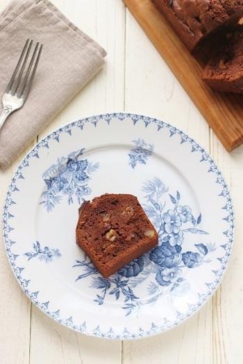 熱湯と食感を柔らかくし、ラム酒で風味をつけたドライイチジクとローストしたくるみを入れて、昼下がりのティータイムに合う美味しいチョコレート風味のパウンドケーキはいかが?