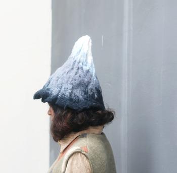 見るからに温かそうな羊毛フェルトの帽子。中国のデザイナー・放學後手作坊は、フェルトで水墨画のような景色を描き出しています。