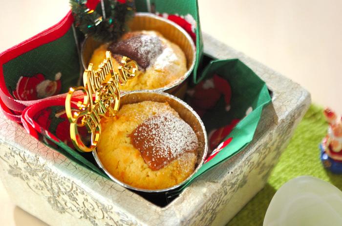 薄力粉、バター、卵黄などの生地を混ぜてカップに入れ、キャラメルやチョコを乗せて焼いたプチケーキ。クリスマスの飾り付けをすれば、おもてなしにピッタリです。