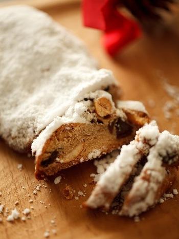 ドライフルーツやナッツなどを強力粉に混ぜて焼いたシュトーレン。ドイツ伝統のクリスマススイーツです。作って数日経ってからの方が美味しくいただけます。