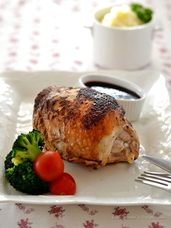 こちらは、鶏むね肉二枚を豪快に使った技ありレシピ。ギュッと丸めて竹串を刺して焼くことで、大きな塊肉に見立てて。溢れた肉汁を使ったバルサミコソースで召し上がれ!