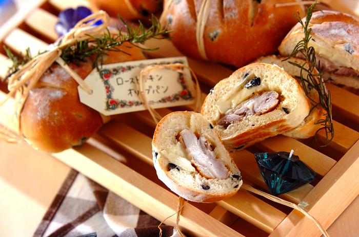 オリーブの実を混ぜたパン生地に、ローストチキンとカマンベールチーズをイン。ワインにもよく合う、ちょっとオシャレなパンのレシピです。クリスマスはもちろん、その後の余ったローストチキンのアレンジレシピとしてもどうぞ!