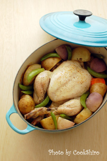 ル・クルーゼに食材を入れてオーブンで3時間、じっくり火を通したお肉はしっとりとした焼き上がりに。ル・クルーゼが無い場合は、アルミホイルで包むレシピでお試しを。