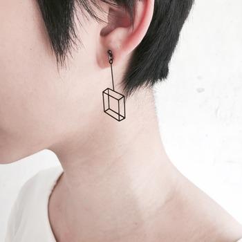 FOLDBOAT は香港のアクセサリーブランド。透視画法で描かれた立方体を、平らな1枚のステンレスに。3Dに見えるデザインが面白いピアスです。