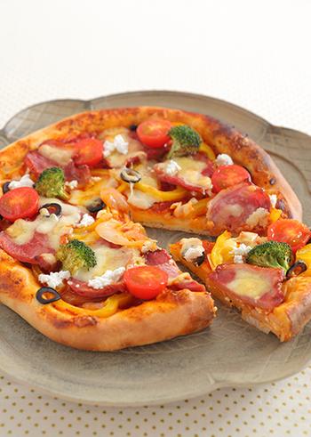 薄切りにしたローストチキンとカラフルな野菜をのせた、クリスマス仕様のちょっと豪華なピザのレシピ。せっかくのクリスマス、ピザも手作りしちゃいましょう♪