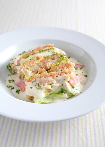 白菜のグリーンとエビのピンク、クリームのホワイトがキレイな一皿。豪華に見えても、実はカロリー控えめです。おもてなしにもおすすめの、覚えておきたい白菜レシピ。