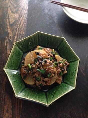 冷凍大根を使えば、5分ほど炒め煮にするだけでもしっかりと味が染みます。豚ひき肉やニラを使い、とろみを付けたあんをかけた、冷えや疲れに効く一品です。