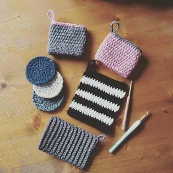 エコたわしは、アクリル毛糸の繊維が汚れをしっかり搦め捕ってくれるため、洗剤に頼らずに家中あちこちの水拭きや乾拭きができるとっても便利なお掃除アイテム。市販品もありますが、自分で編めば色々なたわし作りを楽しめます。