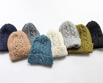 カジュアルコーデにも大人コーデにも合うニット帽。白・黒・グレーなどの定番カラーも良いですが、ボーダーなどのシンプルな柄物や差し色として使える明るいカラーもおすすめですよ。普段のコーデにニット帽をプラスして、冬コーデを楽しみましょう。