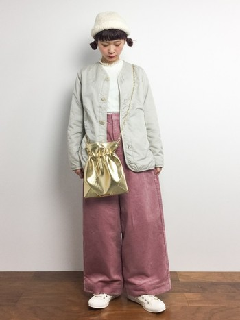白ニット帽に、パンチのあるゴールドのバッグとワイドパンツを合わせたコーデ。白×ピンクというガーリーな配色ですが、スモーキーカラーなので甘すぎずおしゃれに仕上がっていますね。