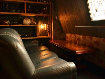 フランスの田舎町にあるアパルトマンをイメージしたという店内。ソファはレトロという共通点はあるものの、それぞれが個性的。体をすっぽり包み込んでくれる、優しい座り心地のソファがたくさん。何度か通って、好みのソファを見つけるのも、楽しそう。