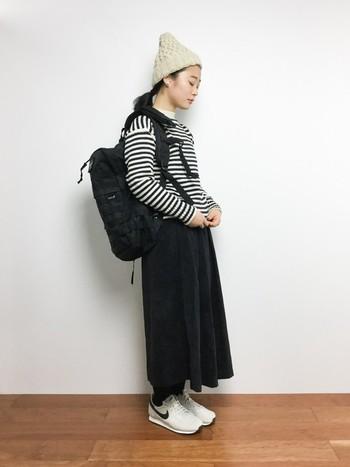 ニット帽はスカートとも相性抜群!黒の比重が多めのコーデですが、ベージュのニット帽と白スニーカーをプラスして、重たくなりすぎないように仕上げています。