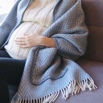 ソファーに座ると、身体をすっぽり覆ってくれるサイズだから、妊婦さんや冷え性さんの防寒対策にもピッタリ。 100パーセントウール素材だから、パチパチしにくいうえに暖かさも抜群です。