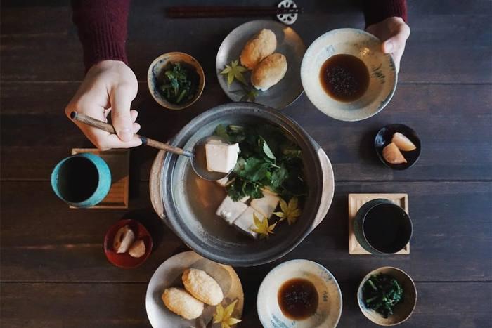 冬の定番といえば、寄せ鍋やキムチ鍋などの鍋料理。家族や友人などと大人数でわいわい囲んで一緒に食べるのは楽しいですよね。
