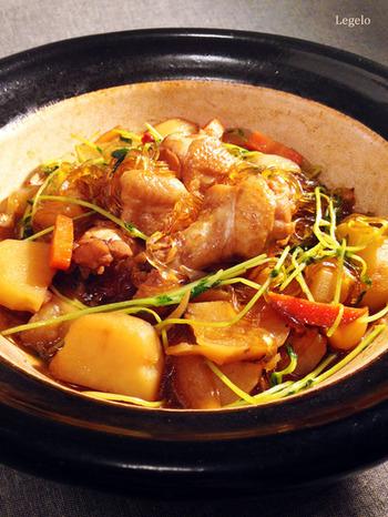 『土鍋で手羽元と野菜と春雨のスープ煮込み』  体を温めると言われている生姜&黒糖入り。やわらかく煮込んだ鶏肉と野菜、栄養たっぷりのスープを吸い込んだ春雨がおいしい。隠し味に入れたお酢とウスターソースの酸味が味付けのポイントです。