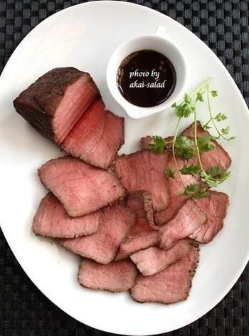 『土鍋でローストビーフ』  難易度が高そうなローストビーフも土鍋で。土鍋の保温性を利用し牛肉にやんわりと熱を通します。ほんのりピンク色のローストビーフのできあがり。