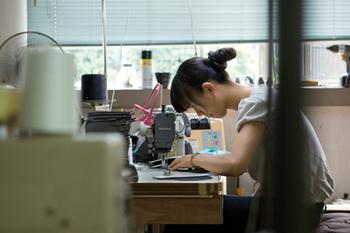 日本全国の工場やデザイナーの考え、そしてそれらの人々の手によって作られたパーツを組み立てたり組み合わせたりすることで、今までになかったモノが生まれています。