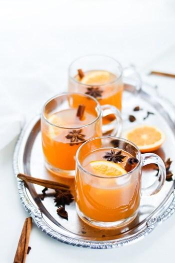 ☆材料&作り方(ワインボトル1本分=750ml)☆  ・白ワイン:1本(750ml) ・オレンジ果汁:1個分 ・オレンジスライス:1個分(飾り用に2スライス残します) ・グラニュー糖:大さじ8 ・蜂蜜:大さじ1 ・クローブ:5~6個 ・八角:4~5個 ・シナモンスティック:4本  ①鍋を中火にかけ、全ての材料を混ぜ合わせる。 ②弱火にして20分程度煮込む。 ③温かいうちに取り分け、飾り用のオレンジスライスを乗せれば完成!