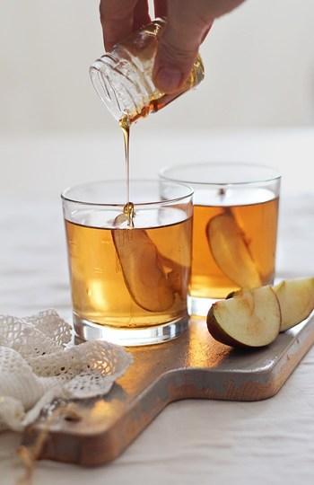 ホットワインやホットカクテルは、お酒にフルーツや甘いシロップなどを加えて作ります。まるでスイーツのような味わいになるので、お酒が苦手な方でも飲みやすいですよ。そこで、特におすすめのレシピをいくつかまとめてみました。
