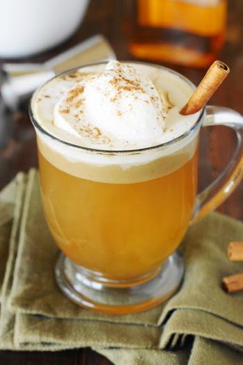 「ホット・バタード・ラム」は、イギリスで古くから親しまれてきた伝統的なカクテルです。基本的には、ラムとバター、角砂糖、熱湯を混ぜて作ります。お好みでスパイスやホイップクリームを追加するのもおすすめです。濃厚でまろやかな味わいを楽しめますよ。