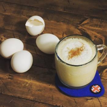 「ホット・エッグ・ノッグ」は、卵と砂糖、ブランデー、ラム、ミルクを混ぜた濃厚なカクテルです。ミルクセーキのような、クリーミーでやさしい味わいを楽しめますよ。