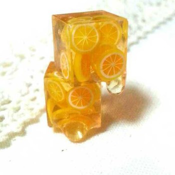 こちらは小さなレモンの輪切りがギュッと詰まったハニーレモンティーのピアス。 フルーティーでジューシーな見た目は、爽やかな夏にぴったりのアクセサリーです。