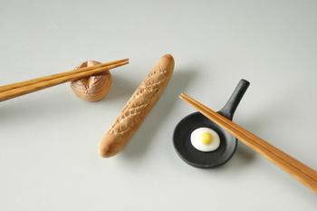 小さくてとっても可愛い!美濃焼の目玉焼きとパンモチーフの箸置きです。 細長いフランスパンは、フォークやスプーンなど洋のカトラリーレストとして朝ごはんのテーブルにいかが?