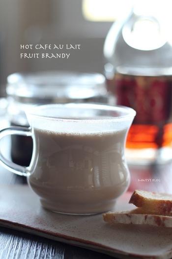 アメリカンチェリーをコーヒーとブランデーで漬けた「フルーツブランデー(フルブラ)」を、ホットカフェオレで割ったカクテル。チェリー、コーヒー、ブランデーが混ざり合った、大人の香りが魅力的です。フルブラはまとめて作り置きしておくと便利ですよ。