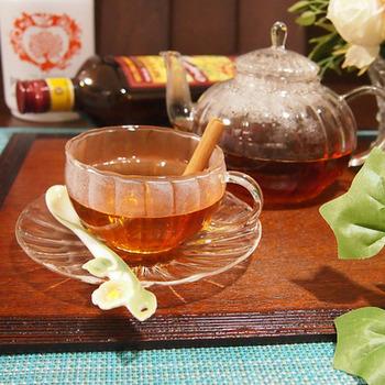 ダークラムと「ピーチツリー」という桃のリキュールを、紅茶で割ったホットカクテル。さらにバニラエッセンスを加え、甘くリッチな香りに仕上げています。