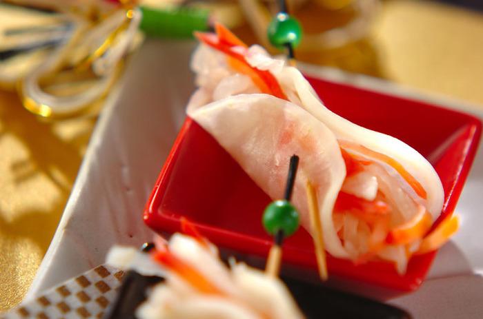 紅白の水引をイメージしているとされる「紅白なます」。甘いものが多いおせち料理の箸休め的な存在でもあります。 しかもとっても簡単なのでぜひ作ってみてくださいね。
