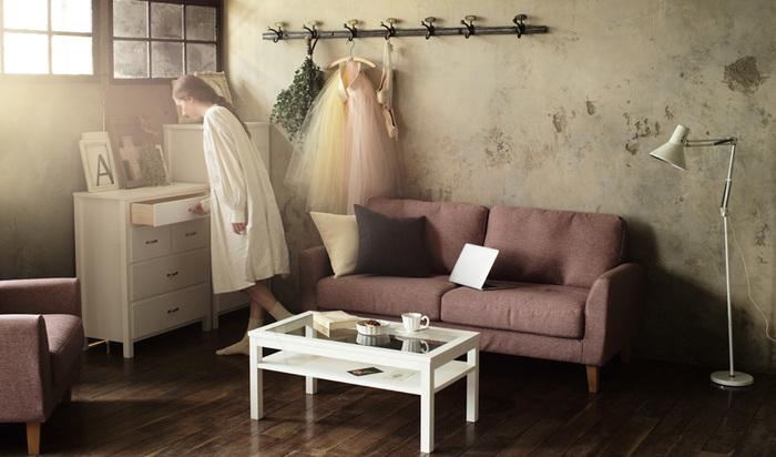 カラーのソファも他の家具を白にすることによって、バランスよくちょうどいい存在感に。可愛らしい姉妹が喜びそうな、とびっきりの空間です。ガラステーブルが抜け感を作り、おしゃれな印象を与えます。