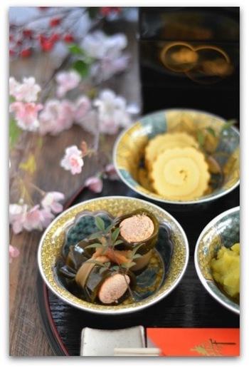 「よろこぶ」という意味があり、お祝い料理には欠かせません。こちらはたらこ巻きですが、具は鮭やごぼう、肉などでもOKです。巻いて煮るだけ、簡単レシピ♪