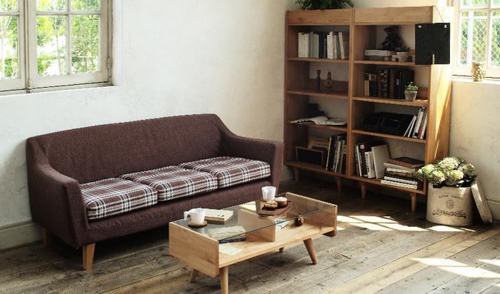シックで重厚感のあるダークブラウンと落ち着いたチェック柄が魅力的なソファーが主役になったリビング。ローテーブルでくつろげるお部屋の完成です。