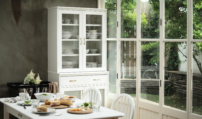 窓際のダイニングなら、太陽の光を受けて輝く白いテーブルがおすすめ。食器棚も同じく白に合わせれば、気分も上向く明るいダイニングルームになります。