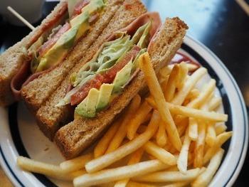 お店の雰囲気通り、メニューもアメリカンな雰囲気のものがたくさん。中でもアボカドBLTサンドイッチは、サイズもアメリカンで大人気です。トマトとレタス、それにアボカドがぎっしり詰まったサンドに、ポテトもたっぷり。