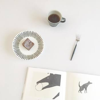 おうちでのティータイム。お気に入りのカップやプレートを使うだけで、普段の紅茶やコーヒー、おやつがいつもとは違って、なんだか特別に感じられるはず。次の休日は、おうちでのんびり、自分だけのティータイムを楽しみましょう♪